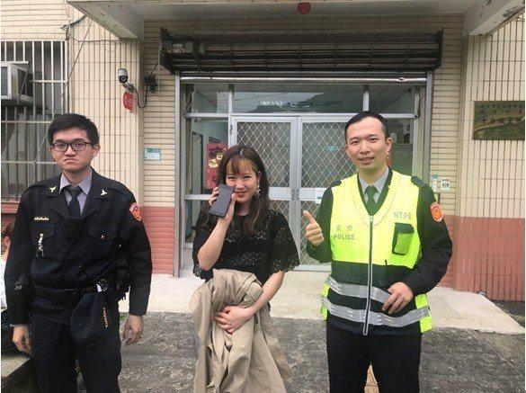 日籍女遊客看到手機失而復得後,破涕為笑,頻頻致謝,直說台灣波麗士高效率。圖/瑞芳...
