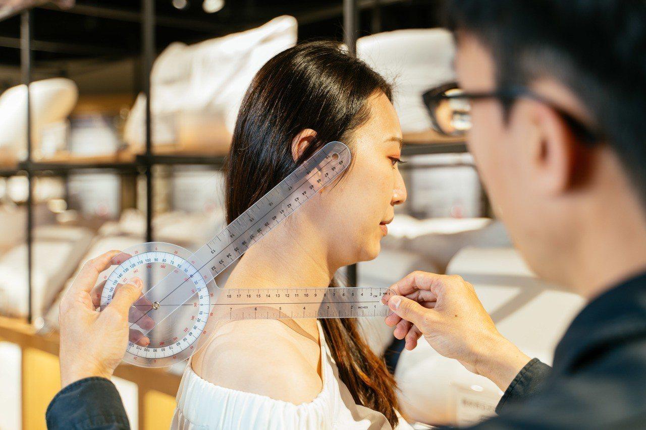 HOLA大墩店首度設立智能選枕區,輸入個人身高、體重、頭長、肩寬、頸長等16項基...