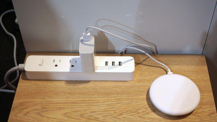 小米延長線,建議售價295元、小米無線充電器(20W快充版),建議售價695元。...
