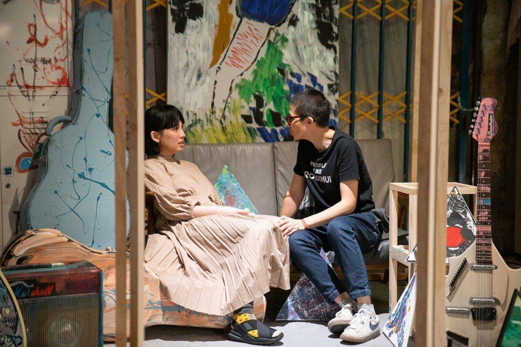 余靜萍(右)、魏如萱在展區聊天。圖/余靜萍工作室提供