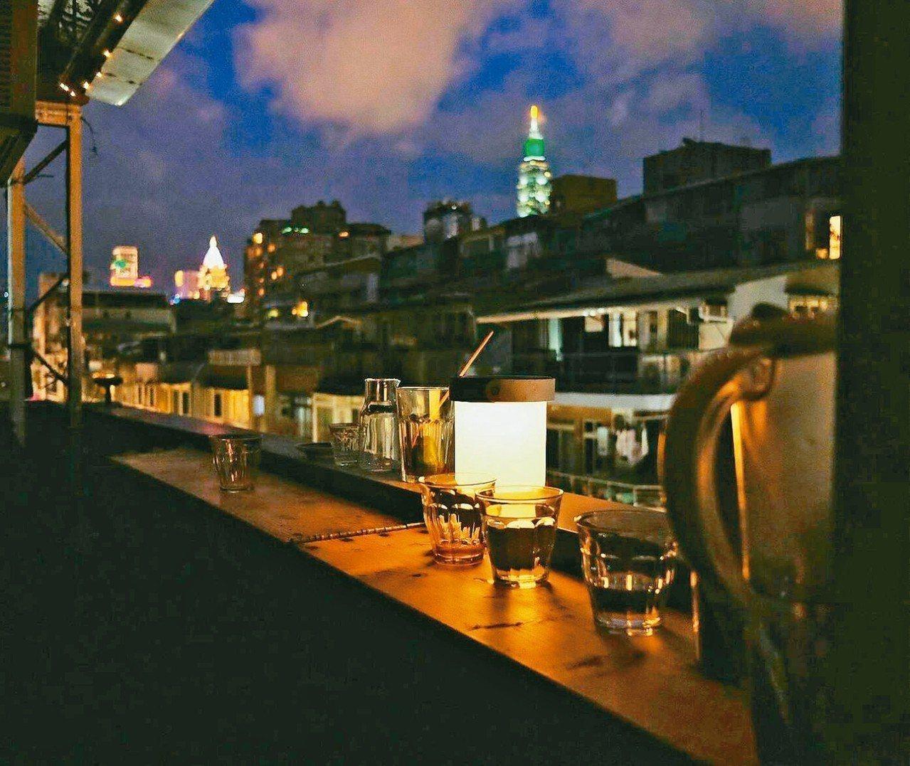 黑山咖啡的夜景別有一番風情。 攝影/黃仕揚
