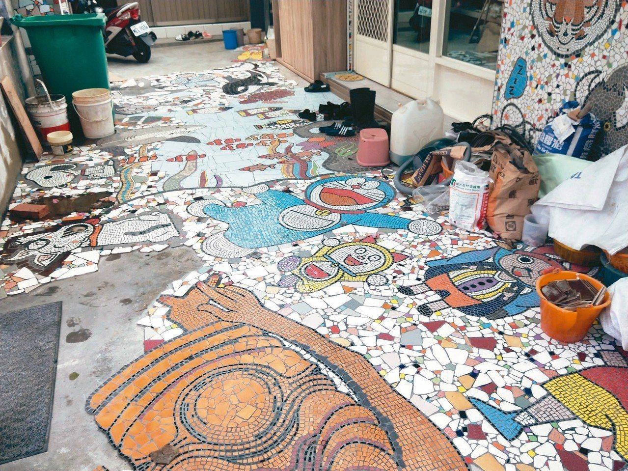 新北市詹姓資源回收車司機花3年多,利用廢棄磁磚在家門口拼出卡通屋。 記者游明煌/...