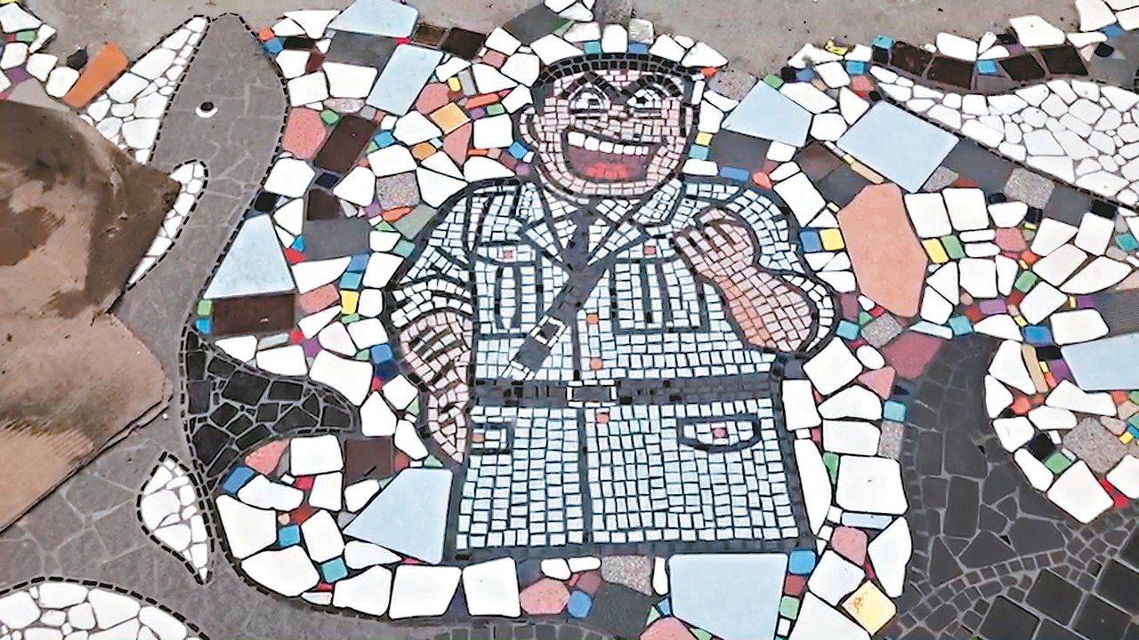 利用廢棄磁磚在家門口拼出兩津、蠟筆小新、哆啦A夢等傳神卡通人物。 記者游明煌/攝...