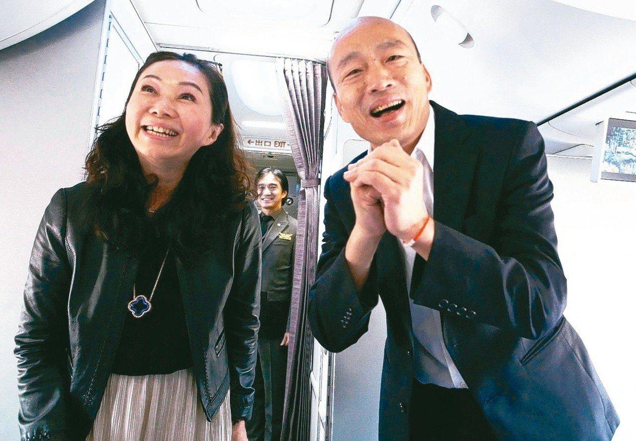 高雄市長韓國瑜(右)結束七天港澳大陸參訪行程,搭機返回高雄。 記者劉學聖/攝...