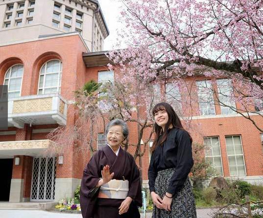 80歲阪田美枝和18歲孫女祐實子同時考上大學。 圖/擷自京都新聞