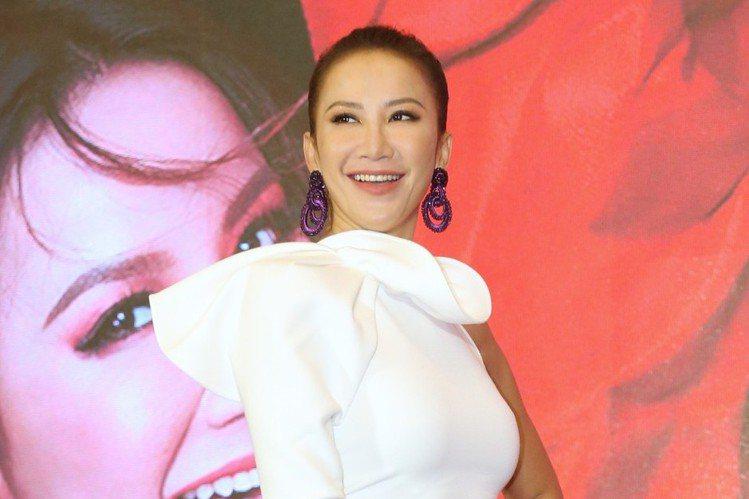 李玟將於6月21日在台北小巨蛋舉行「YOU & I」巡演,今(29日)舉辦記者會,44歲的她身材保持得相當好,前凸後翹小腹平坦,談到久未見到台灣歌迷,她突然爆淚說:「我是一個很傳統的人,那時...