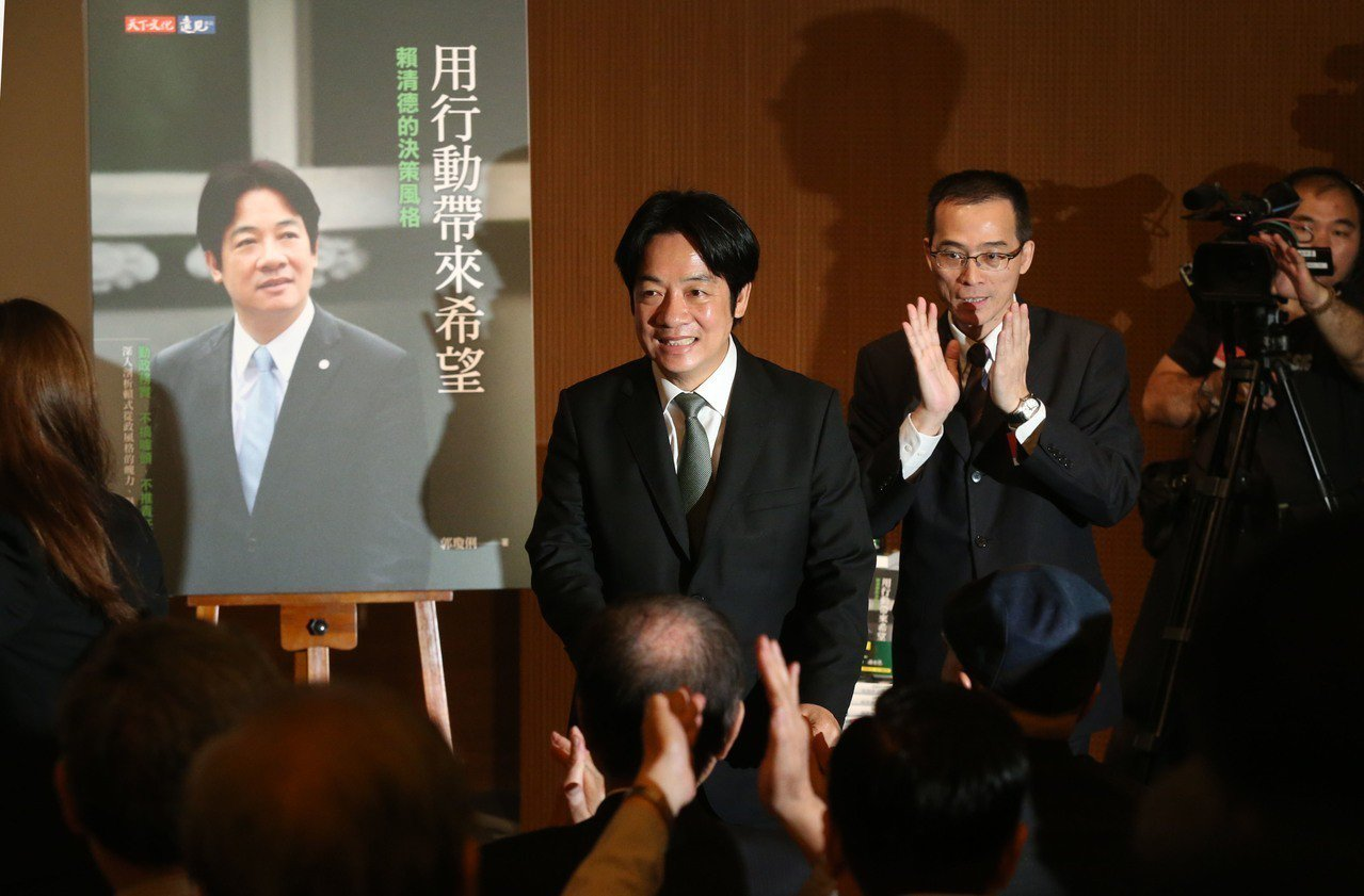 行政院前院長賴清德(中)舉行新書《用行動帶來希望》發表會。記者林俊良/攝影