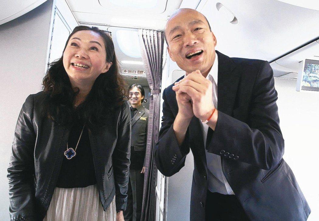 高雄市長韓國瑜(右)結束七天港澳大陸參訪行程,搭機返回高雄。圖/聯合報系資料照片