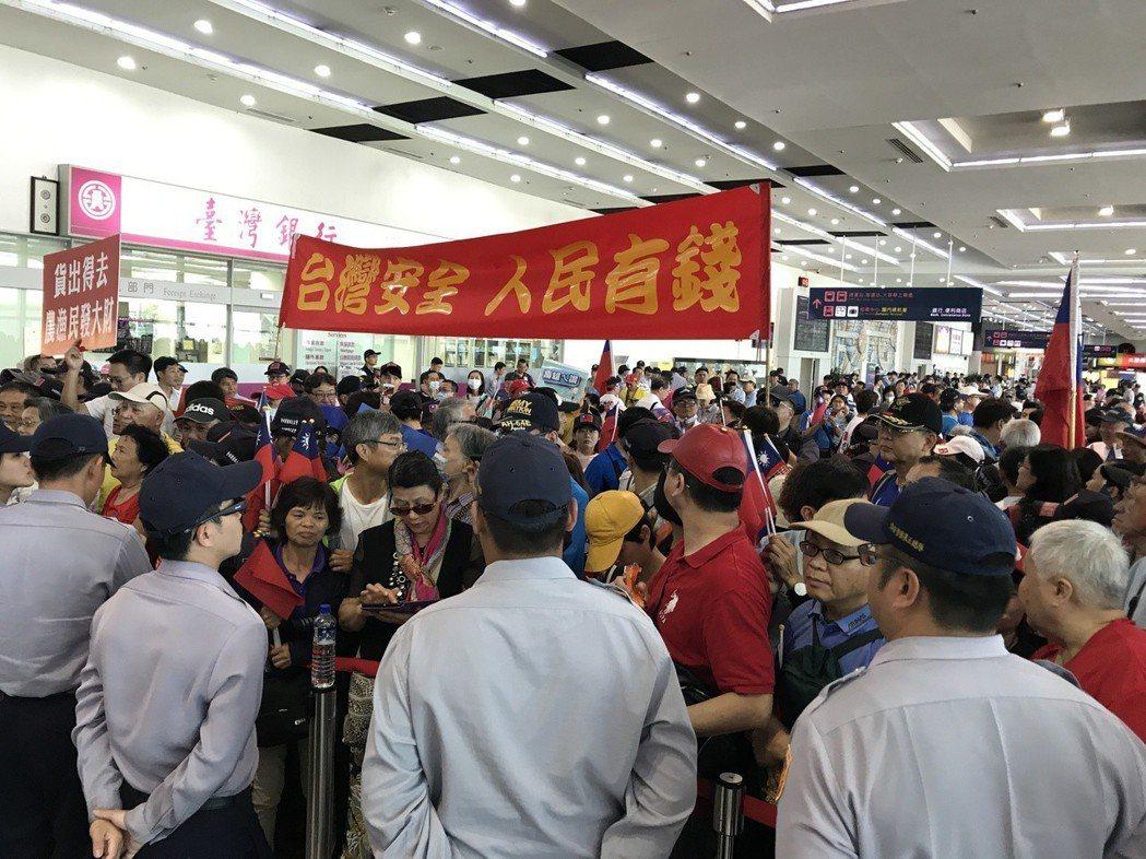 眾多支持者在高雄機場迎接韓國瑜。圖/聯合報系資料照片