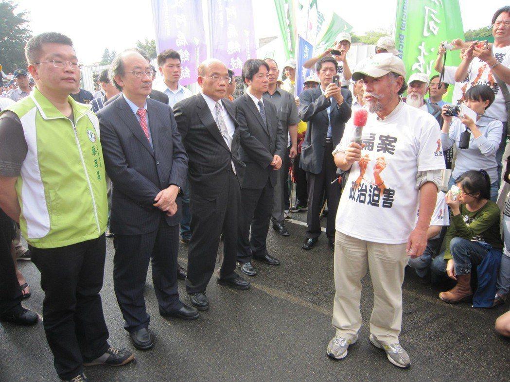 2013年4月20日,時任民進黨主席蘇貞昌(左三)等人到台中監獄,探視前總統陳水...