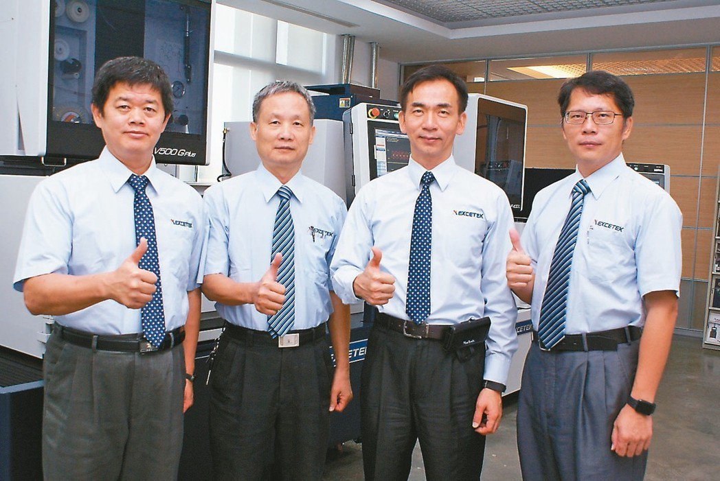 精呈科技經營團隊-協理魏振宇(右一起)、總經理張瑞成,副總經理施連庭、協理呂東勝...