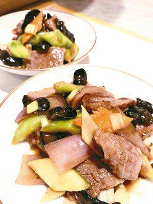 中國菜的審美標準可通過勾芡技術來鑑定高低,以快速高溫鑊炒是中國菜的特有技法。芡汁...