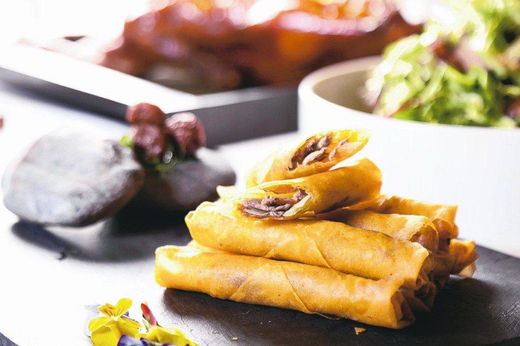 春梅泡菜鴨春捲中,吃得到酸甜梅香的蘿蔔泡菜、鴨肉絲與韭黃。 圖/晶華酒店提供