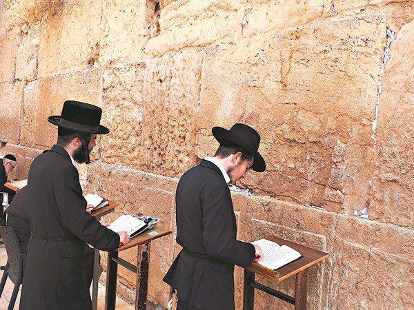 「西牆」讓人看見猶太民族對信仰的堅定虔誠 。 圖/李俊明