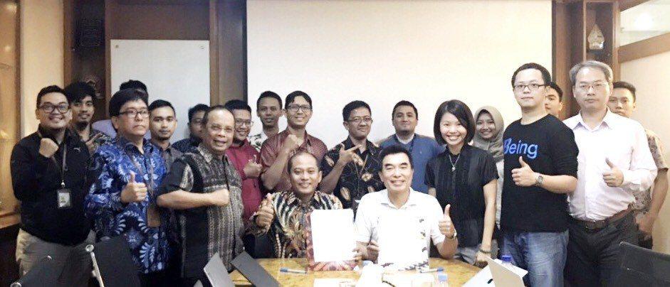 關貿網路董事長許建隆(前排右四)與印尼PT EDII 董事長Helmi Want...