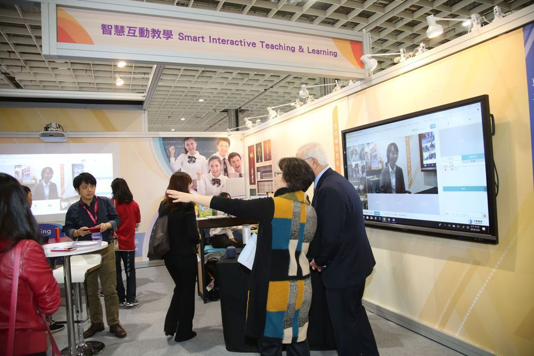老師帶學生參觀中華電信MOD智慧教育互教學  毛洪霖/攝影