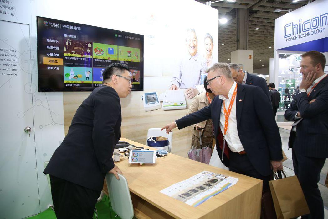 海外貴賓參觀中華電信智慧城市展攤位,由公司人員親自解說 毛洪霖/攝影