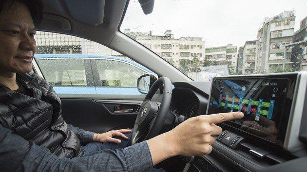 車美仕最新的智聯車載系統配備4G晶片,能夠取得即時路況和停車資訊。  圖/黃明堂