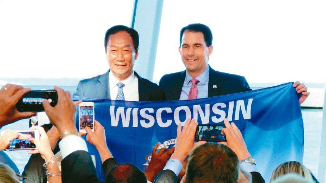 圖為2017年鴻海董事長郭台銘(左)與當時的威州州長渥克(右)在威州召開投資記者...
