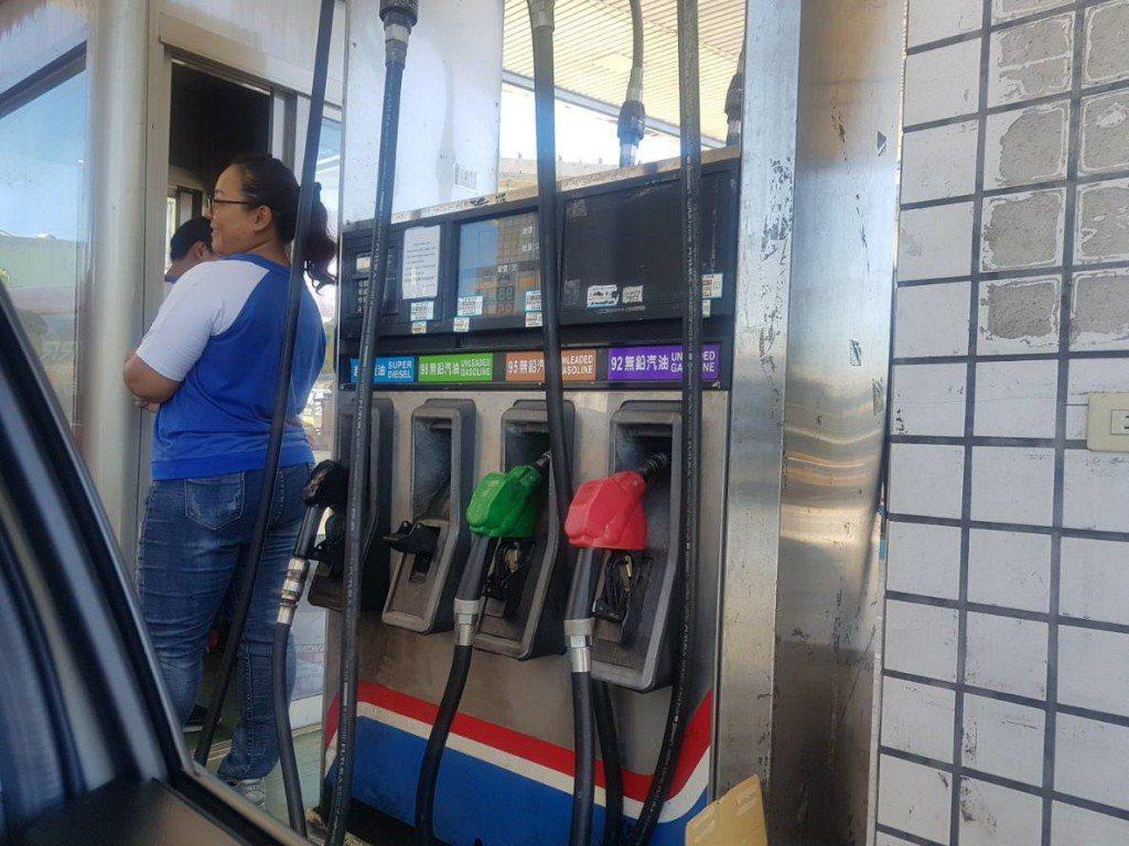台灣中油公司今天宣布,自明(1)天凌晨零時起汽油調漲0.2元,柴油調降0.1元,...