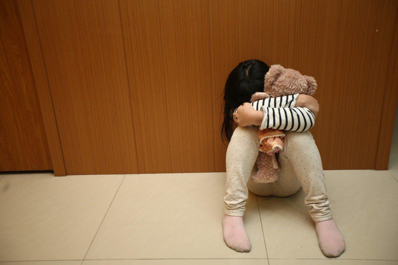 兒虐加重刑責修法雖已完成初審,但朝野對於被害者年齡、最高刑度及凌虐定義等3項爭點...