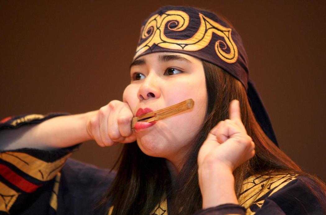 近年有許多愛努人致力於跨部落串連,爭取登上奧運舞台。圖為在阿寒町的愛努族傳統音樂...