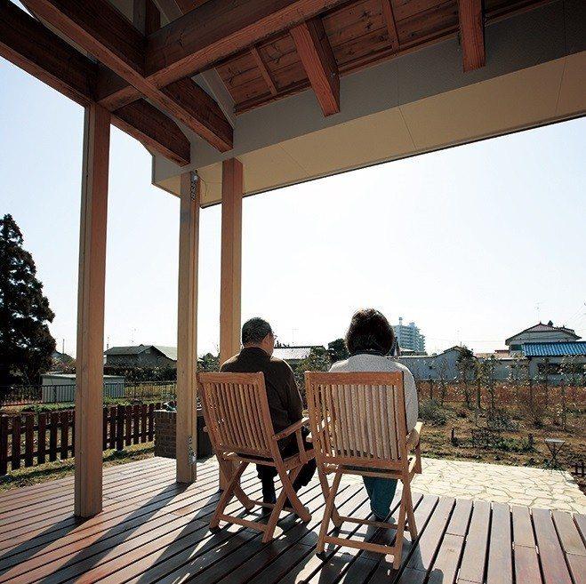 寬敞的木甲板,是夫妻兩人退休後談心、放鬆曬太陽的重要空間。(圖片來源:協和Hou...