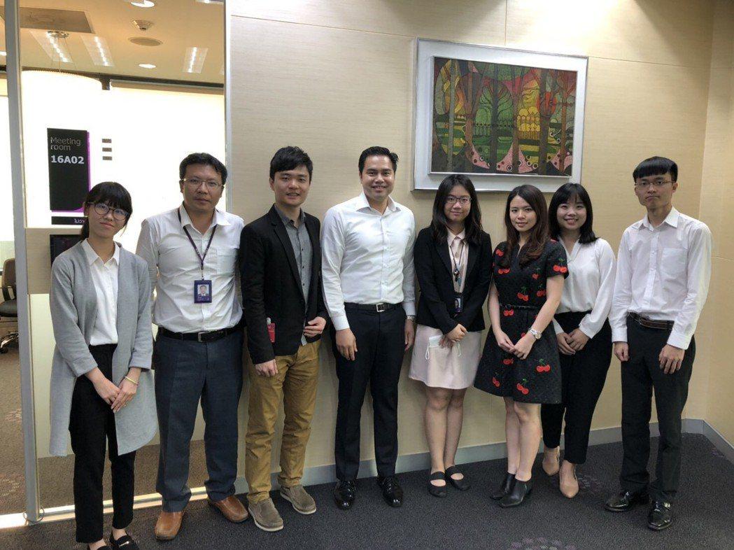 清華大學團隊黃筠雅(左一)、劉雅琪(右二)、台經院林若蓁博士(右三)、台經院林冠...