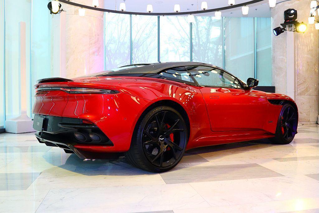 源自於F1的雙層車尾擴散器設計,在最高速時可以產生180kg下壓力,以保有絕佳穩...