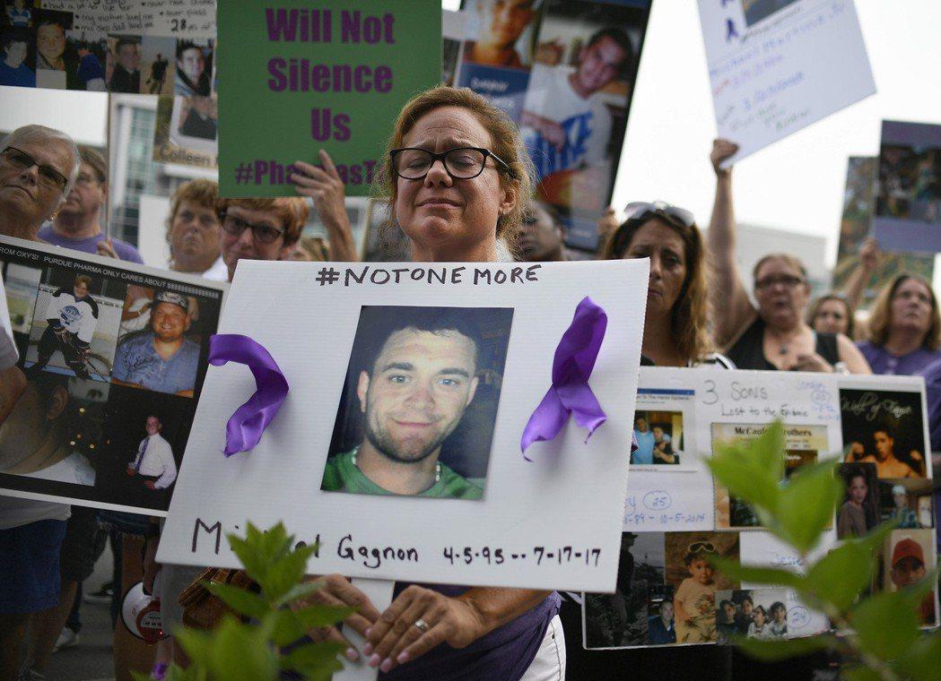 「美國人成千上萬的人死於藥物濫用...」Christine Gagnon在201...