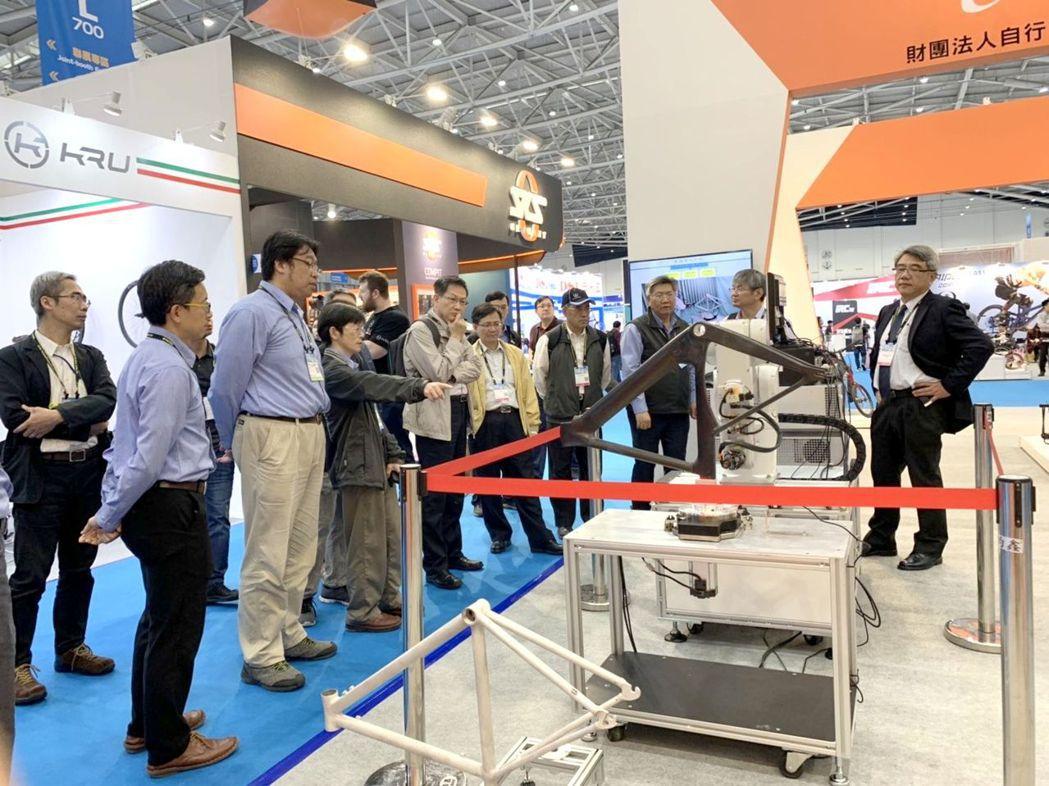 自行車中心在台北國際自行車展中呈現智慧機械成果展示,吸引參觀者的駐足。 CHC/...