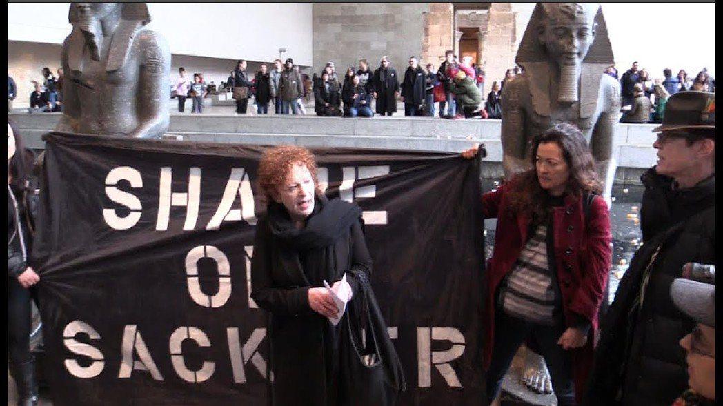 「SHAME ON SACKLER」:2019年3月在紐約大都會博物館抗議賽克勒...