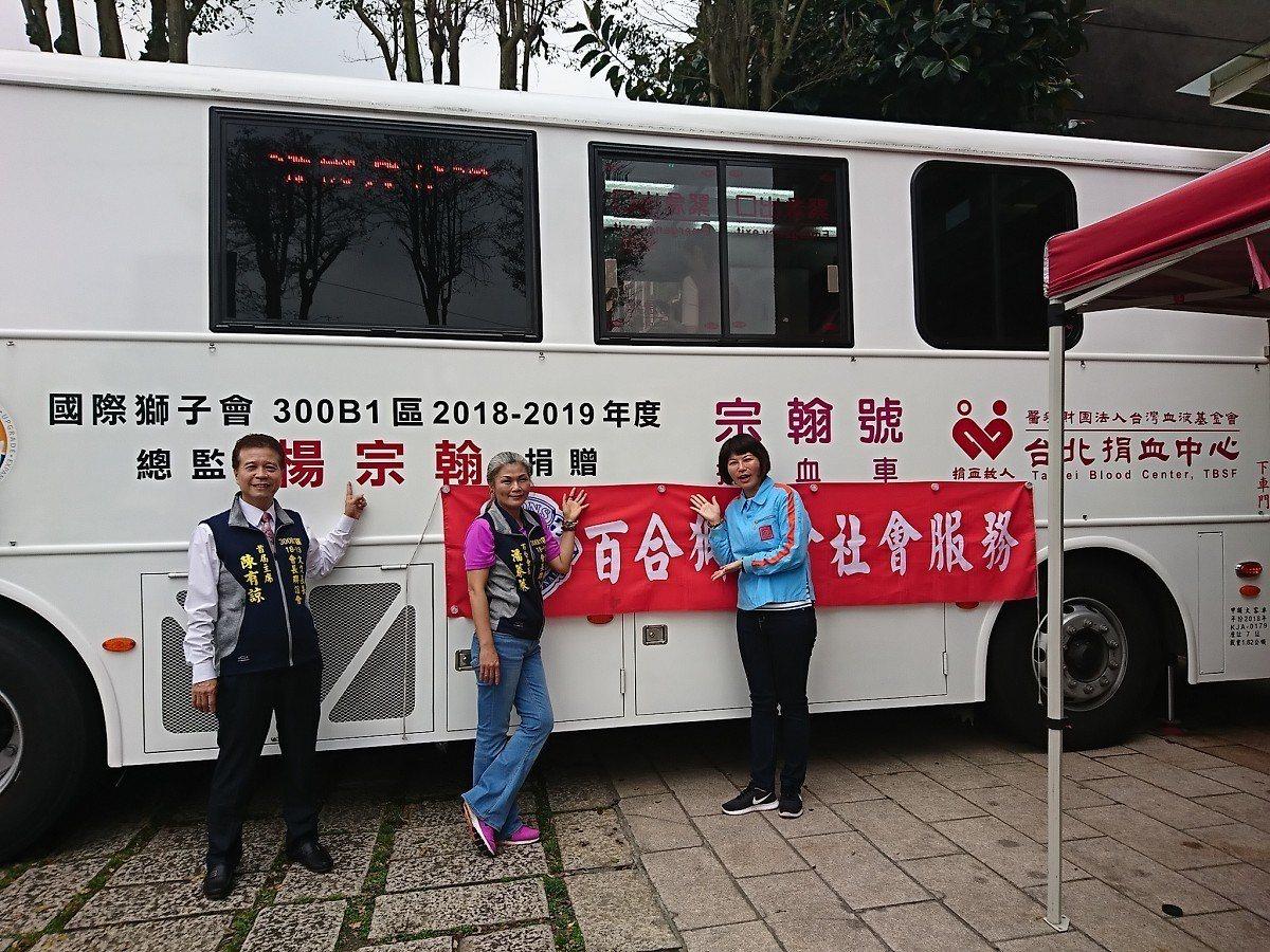 新北市議員白珮茹在自己的服務處前舉辦捐血活動,包括獅子會、里長也揪里民一起來捐熱...