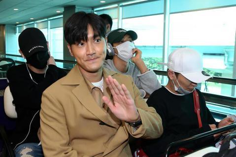 Super Junior 28日晚間在台北小巨蛋韓團拼盤演唱會擔任壓軸,一出場就先唱「Black Suit」,引起粉絲陣陣尖叫,而利特也頻頻把贊助商飲料的名字置入在自我介紹中,堪稱最佳推銷員。唱完一...