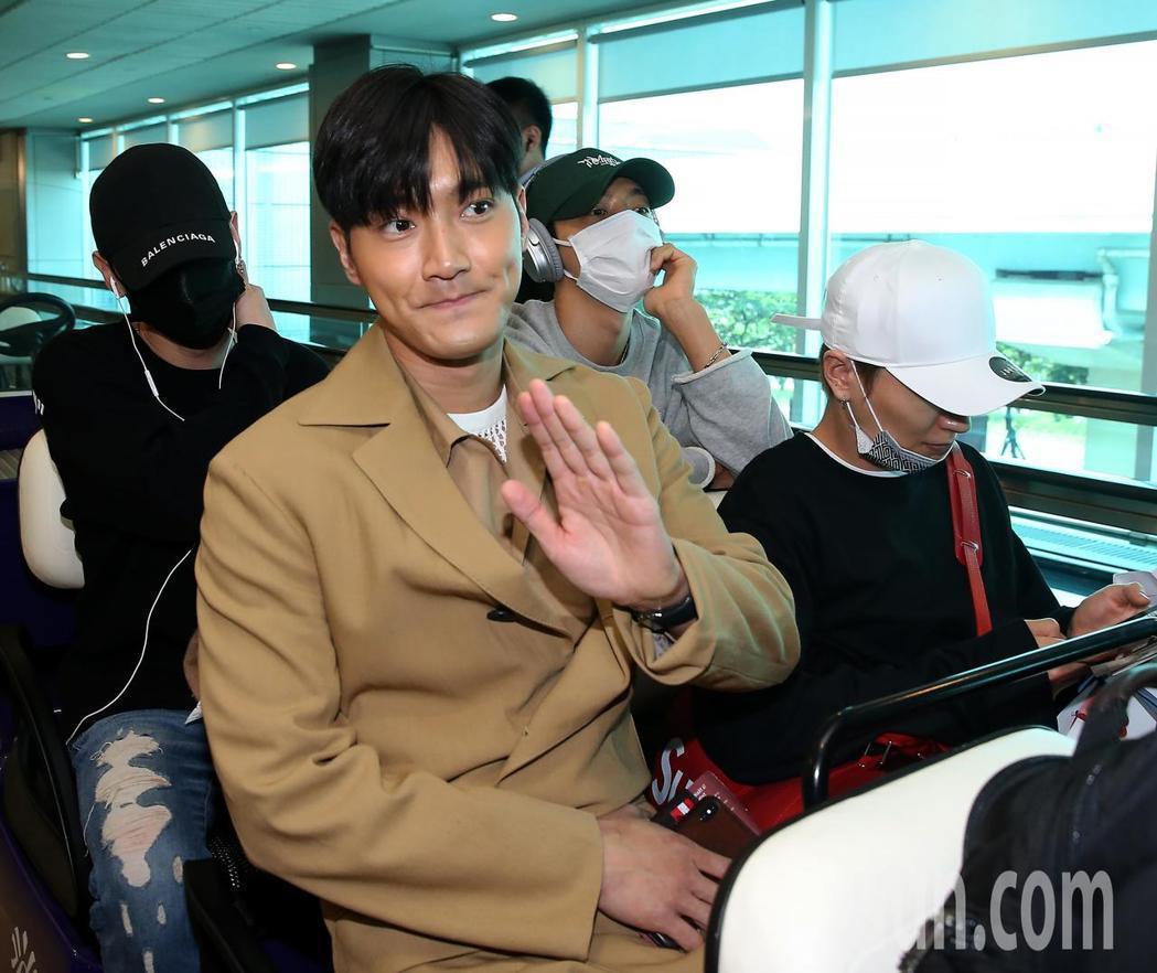 韓團SJ成員始源(中)、利特(前右)、東海(後右)與銀赫(後左),28日上午搭機