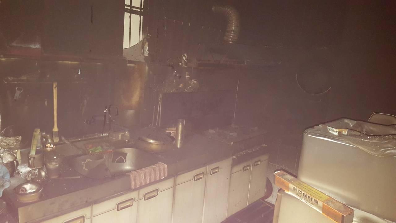 住戶廚房冒出濃煙,所幸火勢很快被撲 。記者邵心杰/翻攝