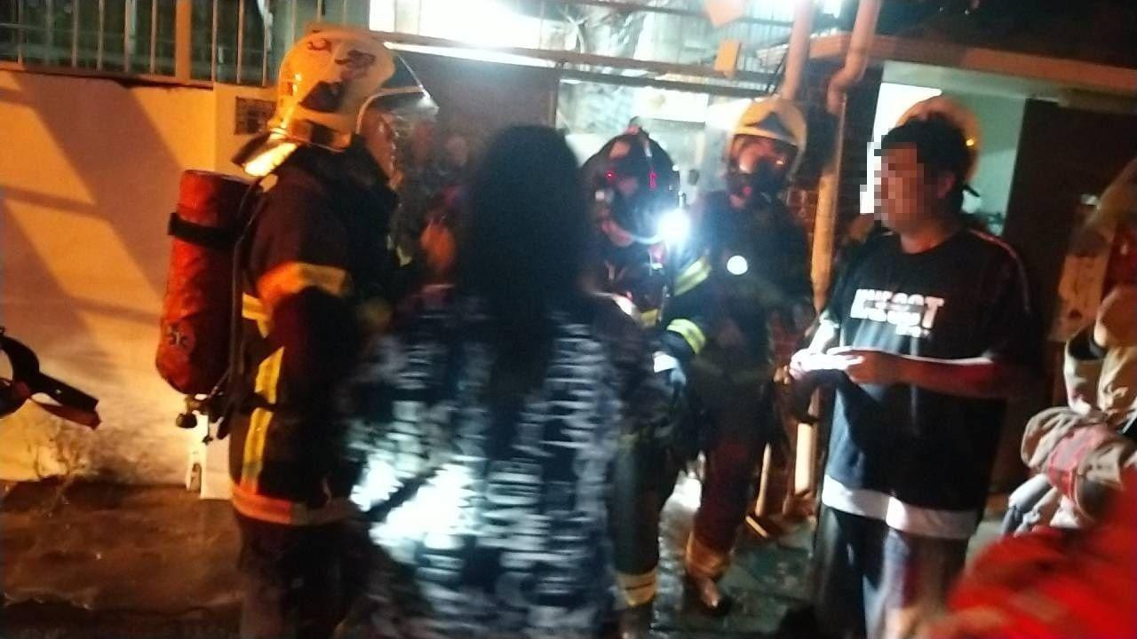 台南市安南區清晨傳出住宅火警,警消人員入內搜索,陸續有5名大人及1名嬰兒脫困。記...