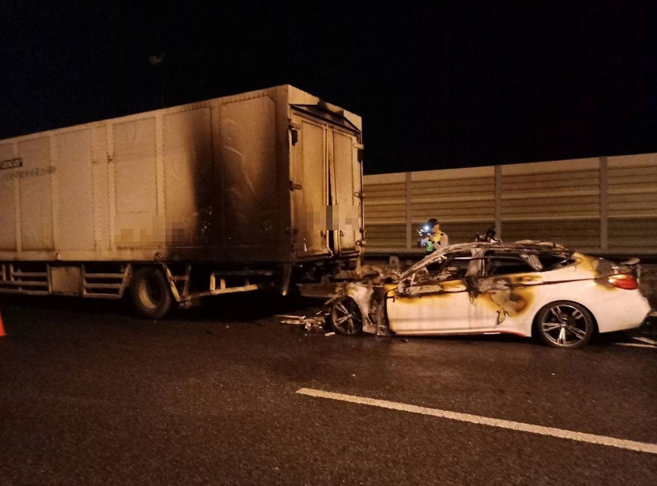 台74中彰快速道路霧峰段北上車道37.1公里處,今天凌晨近3時,發生一輛白色BM...
