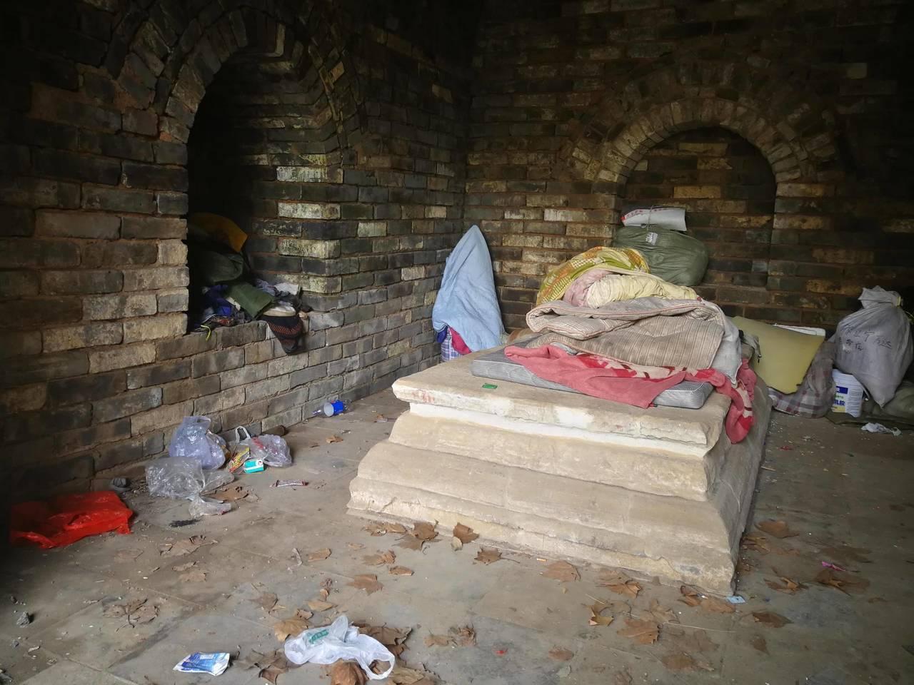 擁有600多年歷史的明福清公主墓,竟然住了一群人,甚至有人就直接睡在石棺上。(取...