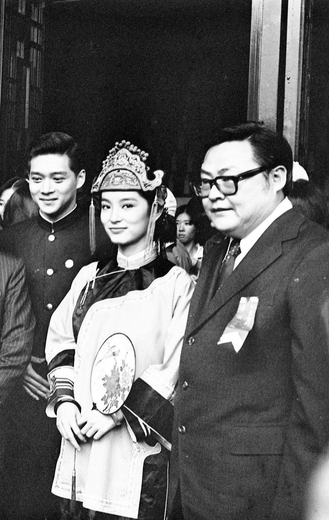 周紹棟(左起)、林青霞與導演丁善璽合作「碧血黃花」。圖/報系資料照片