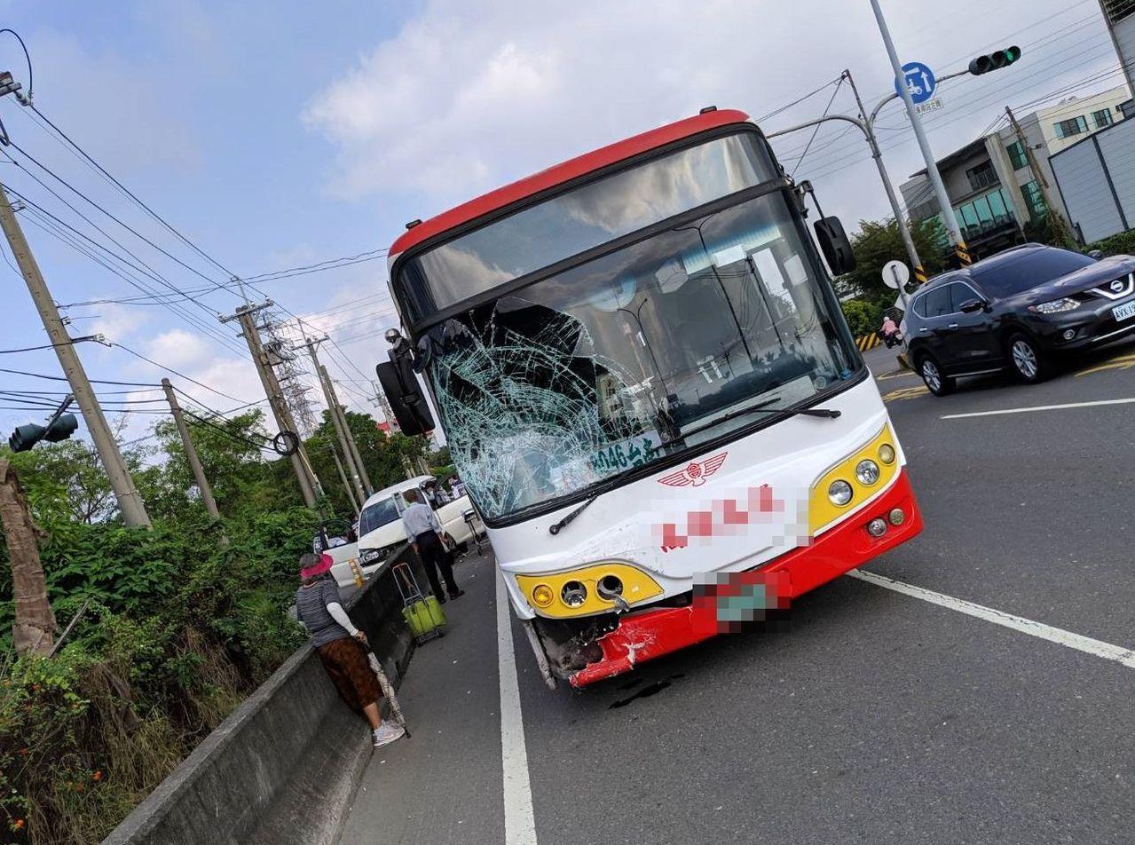 高雄客運車今天上午在高雄岡山發生車禍。記者林保光/翻攝