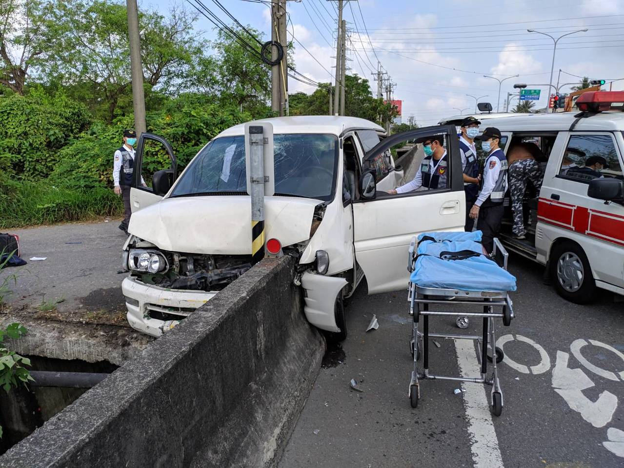廂型車失控撞上路邊護欄,車上5人受傷。記者林保光/翻攝