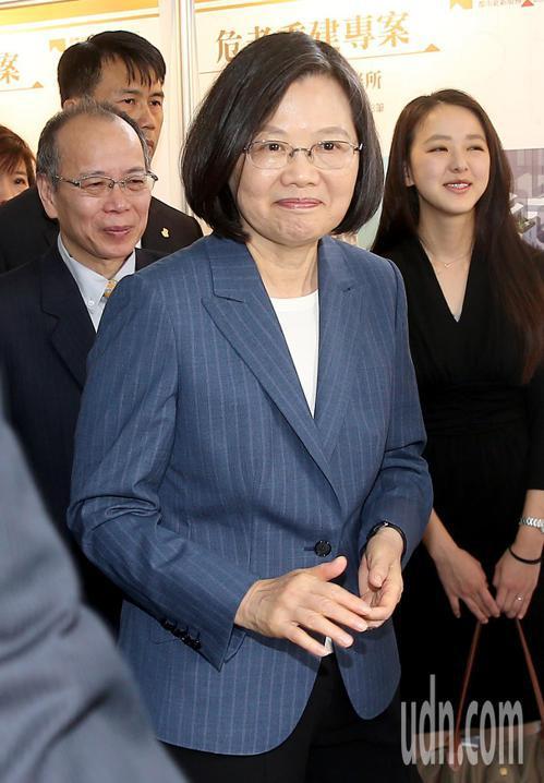 蔡英文總統(前)上午出席台灣金融聯合都市更新服務公司揭牌儀式,並參觀近一年的危老...