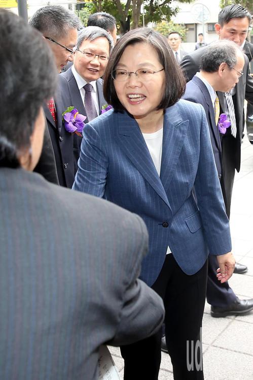 蔡英文總統(右)上午出席「台灣金融聯合都市更新服公司揭牌暨成果展」,離開前支持者...