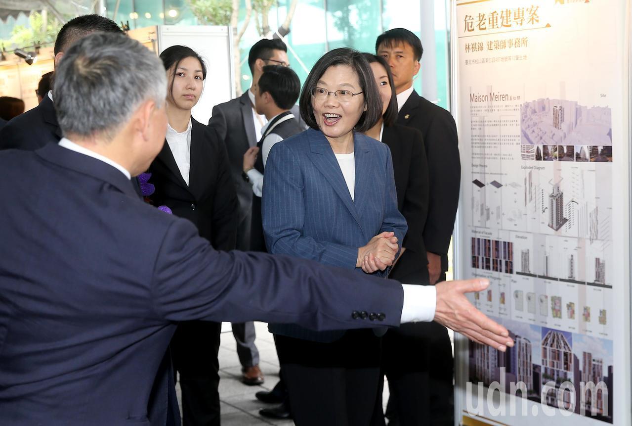 蔡英文總統(右)上午出席台灣金融聯合都市更新服務公司揭牌儀式,並參觀近一年的危老...