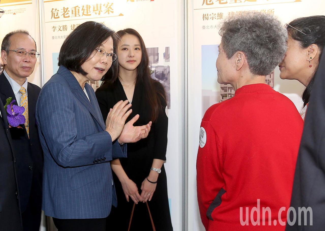 蔡英文總統(左二)上午出席台灣金融聯合都市更新服務公司揭牌儀式,並參觀近一年的危...