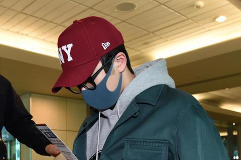 有「南朋友」之稱的韓星南柱赫上午搭乘KE-691班機抵達桃園機場,南柱赫戴著帽子與口罩,一路上幾乎都低頭,全程只有一名粉絲接機,隨即坐上商務中心的車輛經由VIP通關入境。南柱赫去年主演的韓劇《如此耀...