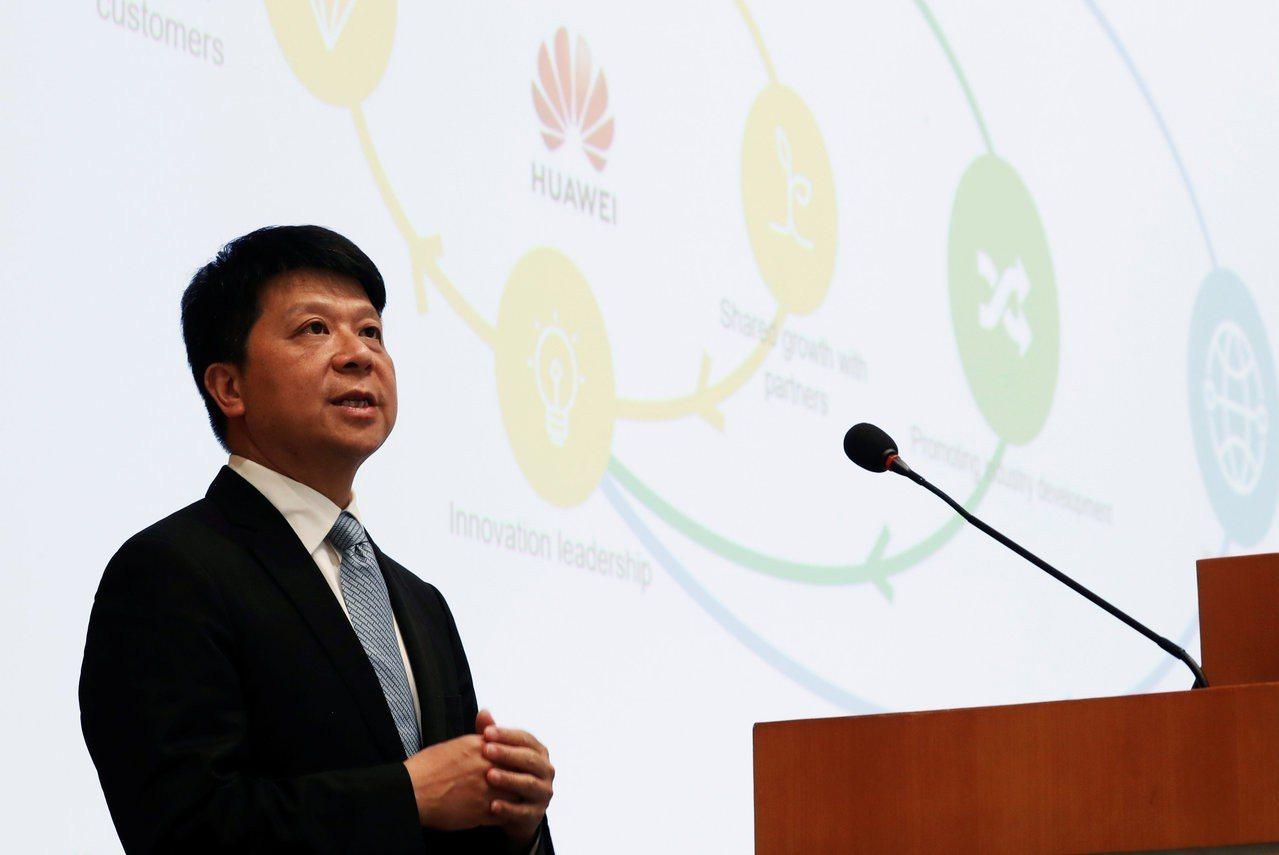 華為輪值董事長郭平29日在深圳的記者會上發布年報。路透