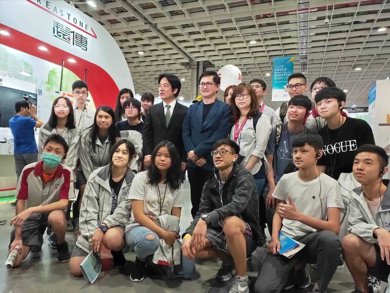 行政院前院長賴清德今天參訪智慧城市展,和參訪的台北市中崙高中師生合照。記者徐偉真...