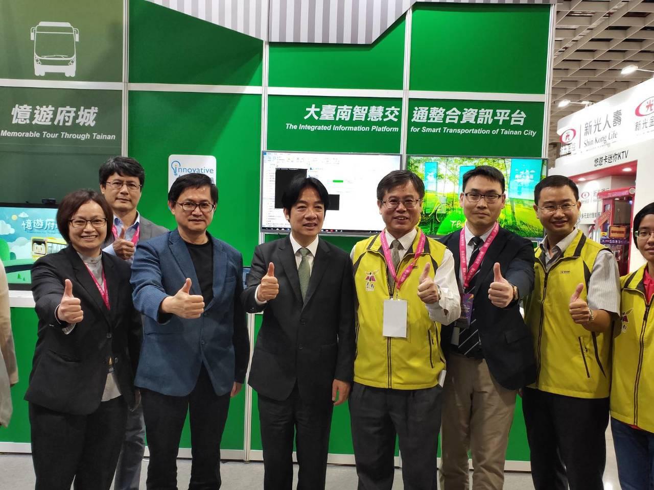 行政院前院長賴清德今天參訪智慧城市展,特地到台南市的攤位看自己市長任內推動的智慧...
